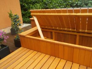 Egyedi kerti bútor medence mellett