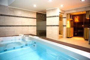 Egyedi szauna és swim spa medence